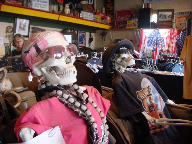 Zwei Skelette verkleidet als Rocker auf der Route 66.