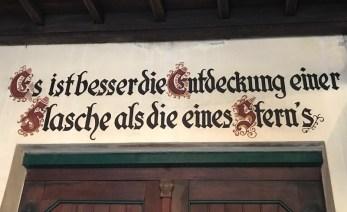 Am Eingang zur Winzerei Broel © Heike Marburger