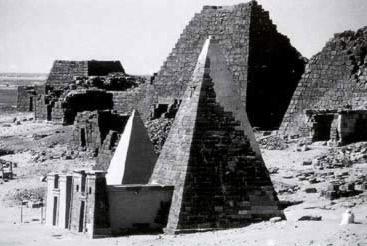 Duas pirâmides de Meroe restaurado por F. W. Hinkel