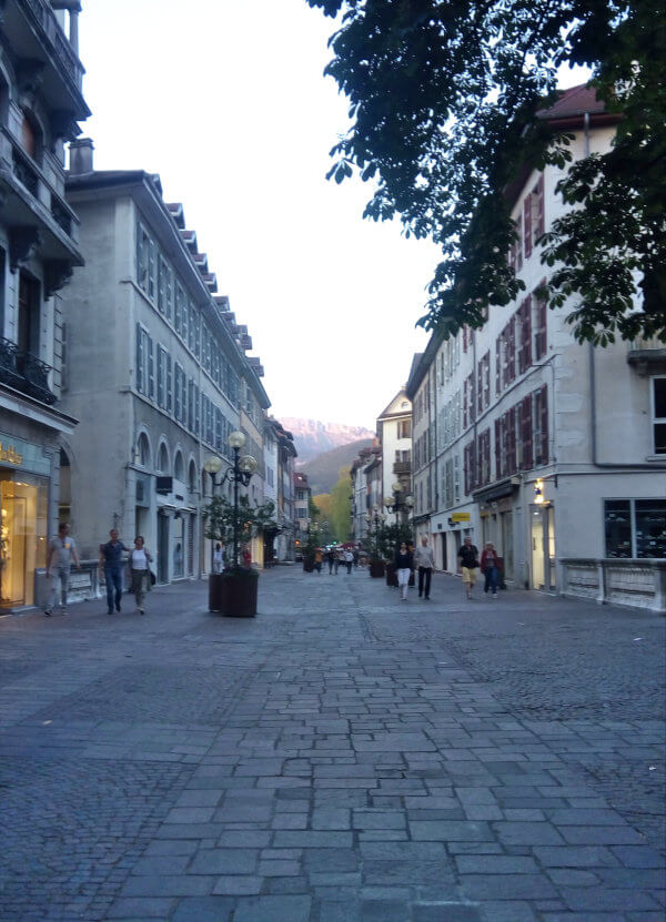 vue de la rue royale en direction de la rue du Pâquier