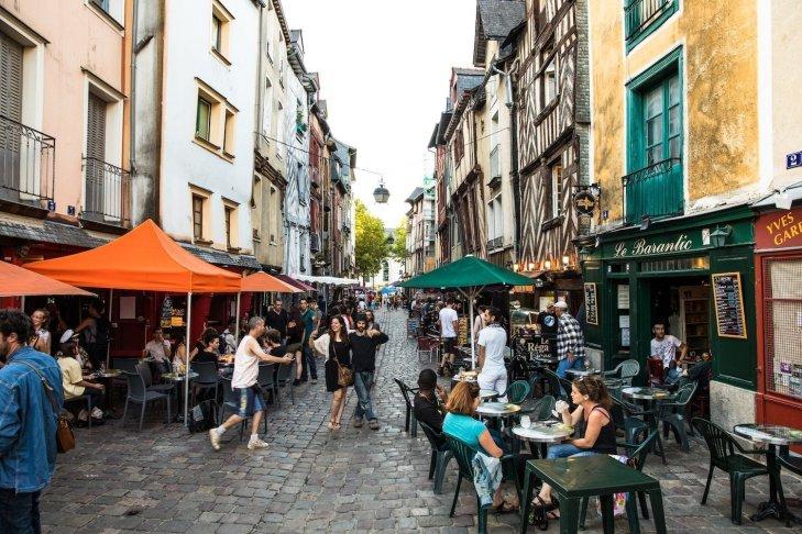 La rue Saint-Michel: bonita de día y reina de la noche | Tourisme ...