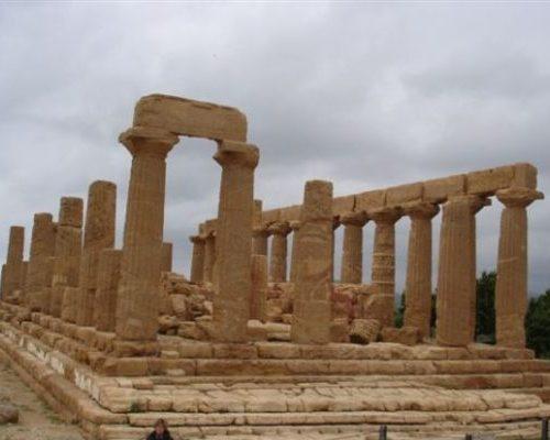 Le colonne e i resti del tempio di Giunone ad Agrigento