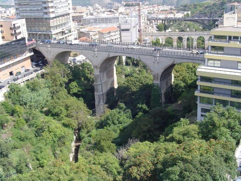 Vista della città di Ragusa con particolare del ponte