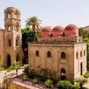 Vista di tre quarti della chiesa di San Cataldo a Palermo