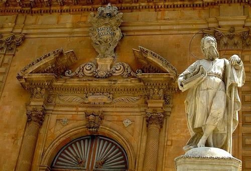 Ingresso principale della Chiesa di San Pietro a Modica con statua