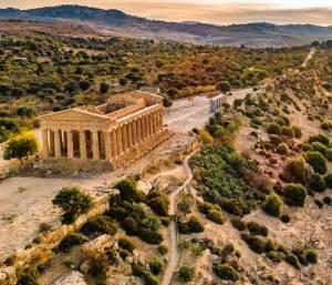 La Valle dei Templi, con in primo piano, il Tempio della Concordia rientra fra i monumenti importanti di Agrigento.