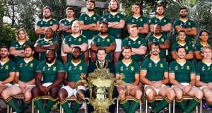 The 2019 Springbok rugby team with the Webb Ellis Trophy