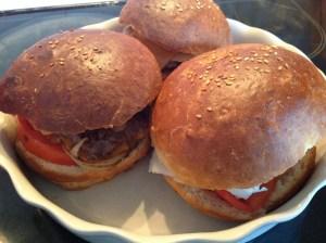 pains à hamburgers garnis