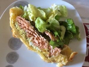 koulibiac dans assiette avec salade verte