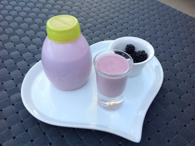 yaourts à boire à la mûre (cueillie dans la campagne!)