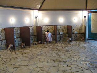 douches dun onsen avant de passer au bain - Salle De Bain Japonaise Traditionnelle