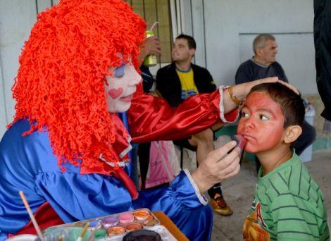 A gyermekeket a sport mellett az arcfestés is érdekelte