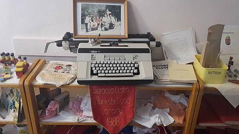 A bölcsőde dolgozói az előző rendszerben is kiválóan teljesített. Retro kiállítás mutatta be a múltat az aulában.. kép: fb, Kádár Tibor