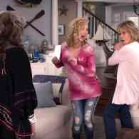 Lisa Kudrow Shimmies into the 'Season 4' Trailer for 'Grace and Frankie' – WATCH