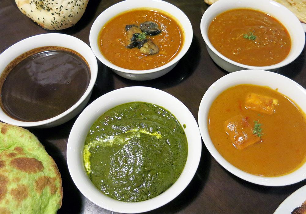 インド料理 ガンディ 豊富な種類のカレーと緑色の小松菜ン