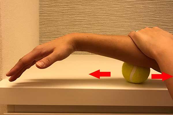 手首から肘にかけてのマッサージ