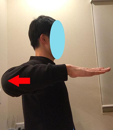 肩甲骨を内側に寄せる体操