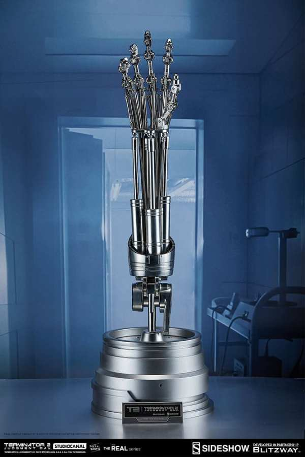 terminator2-judgment-day-t-800-endoskeleton-arm-and-brain-chip-collectible-set-sideshow-400355-01