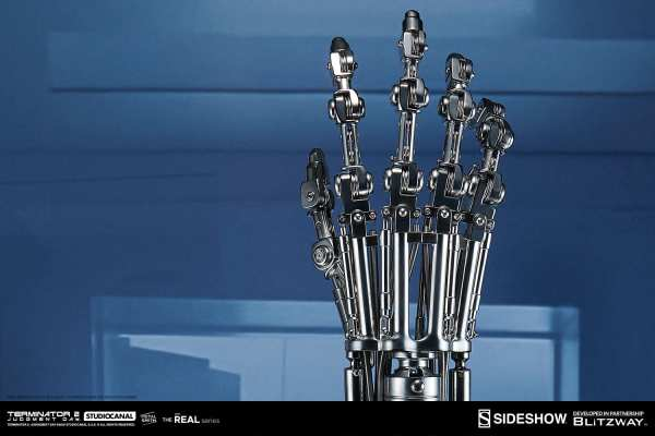 terminator2-judgment-day-t-800-endoskeleton-arm-and-brain-chip-collectible-set-sideshow-400355-10