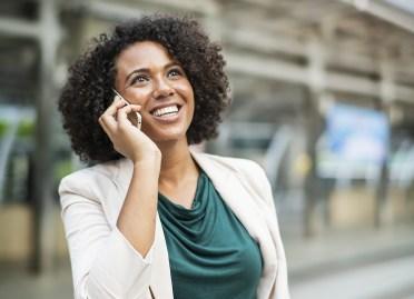 mujer hablar felicidad  comunicar teléfono Porqué no conviene decir nuestros proyectos