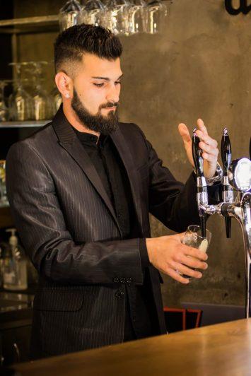 hombre barman traje  GUÍA PARA EL AMOR: CÓMO ENAMORAR A UNA MUJER