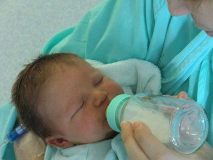 bebé biberón