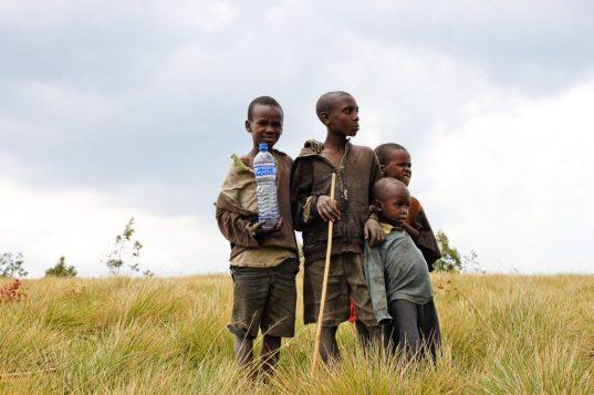 pobreza miseria  niños agua   LA MAQUINA QUE ES CAPAZ DE FABRICAR AGUA POTABLE INCLUSO EN EL DESIERTO