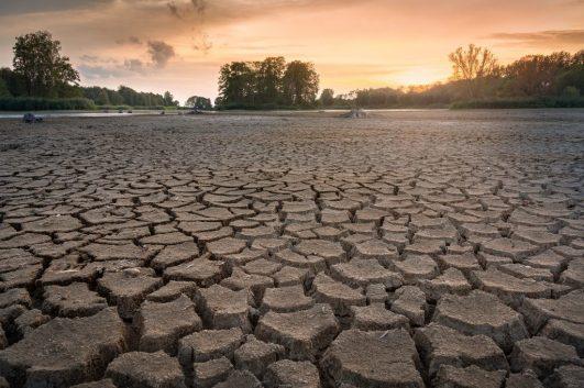 sequía agua pobreza LA MAQUINA QUE ES CAPAZ DE FABRICAR AGUA POTABLE INCLUSO EN EL DESIERTO