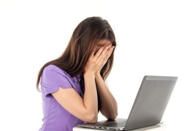 chica ordenador internet desesperada sola rechazada EL MIEDO AL RECHAZO