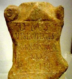 lápida antigua  LAS HABAS Y OTROS RITUALES ROMANOS