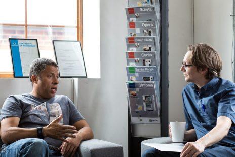 conversazione ascoltare pralrae amici persone  È IL MOMENTO DI COMINCIARE A VIVERE PIENAMENTE
