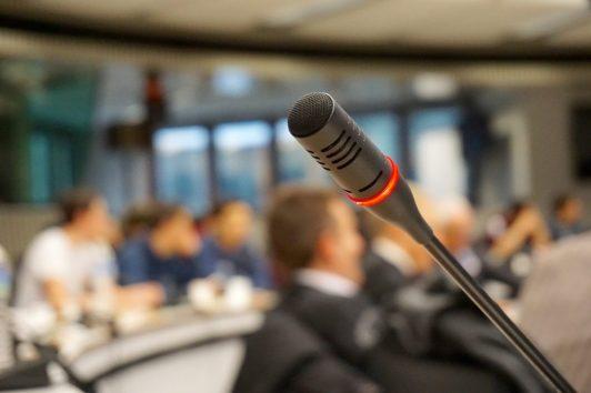 microfono audizione pubblico parlare IL PASSO VERSO L'INDIPENDENZA EMOZIONALE
