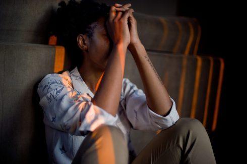 rifiutato rifiuto isolato discriminato solo ragazzo triste preoccupato PAURA AL RIFIUTO
