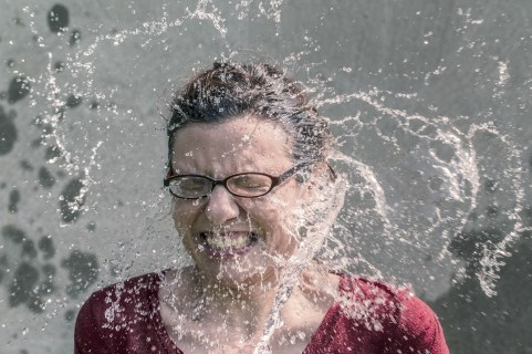 renfrescar cara mujer agua limpiar