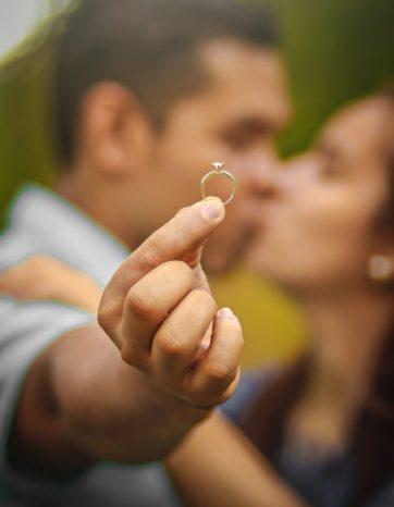 amor pareja adulta mayor anillo