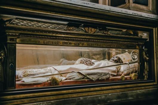ENTRE SANTOS Y BEATOS: ¿QUIÉN ES EL ABOGADO DEL DIABLO REALMENTE? biblia iglesia rezar dios muerte tumba incorrupto