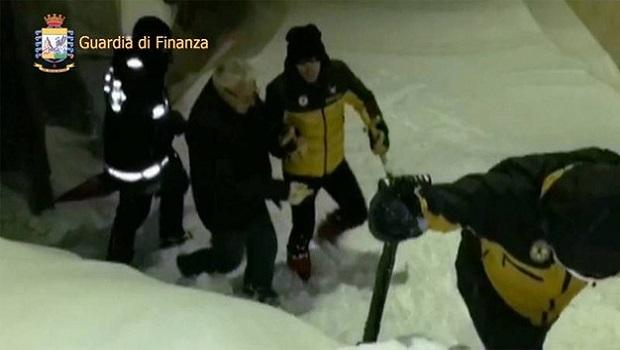 Photo of ITALIJA: Osmoro preživelih pronađeno u hotelu zatrpanom lavinom! (VIDEO)