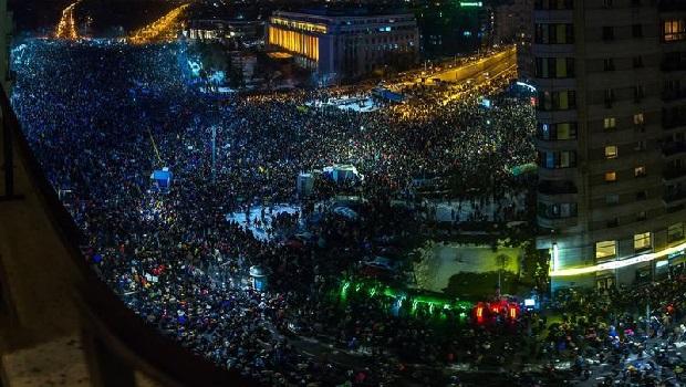 Photo of MASOVNI PROTESTI U RUMUNIJI: Veliki sukobi demonstranata i policije! (VIDEO)