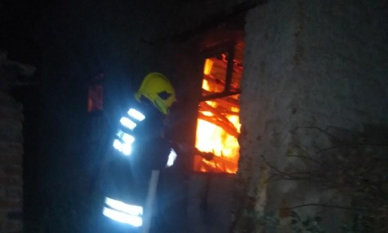 Photo of BIO LJUT, PA REŠIO DA SE OSVETI: Zapalio tetki kuću u Topolovniku jer ga je izbacila! (VIDEO)