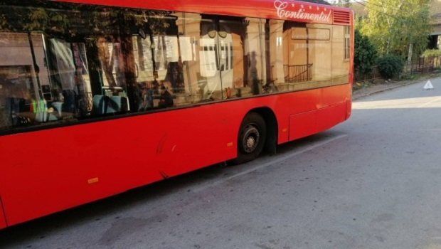 "Photo of IZBEGNUTA TRAGEDIJA: Autobusu ""Continental Tours"" pun đaka, u Požarevcu otpao točak (FOTO)"