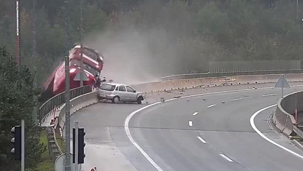 Photo of JEZIVA NESREĆA U SLOVENIJI: Posle sudara sa opelom, kamiondžija probio ogradu i otišao pravo u smrt (VIDEO)