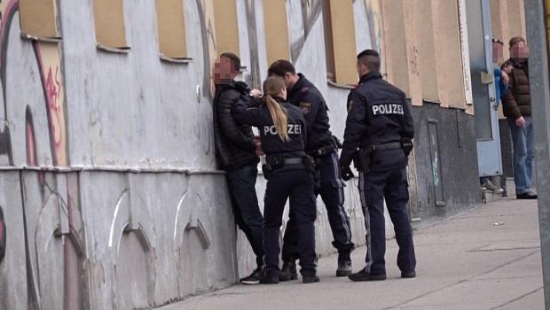 Photo of IZGUBIO KONTROLU: U Beču uhapšen Žagubičanin, davio suprugu pred kćerkama jer ga je varala!