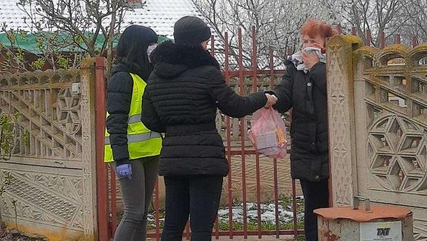 Photo of Volonteri delili pomoć socijalno ugroženima sa teritorije Gradske opštine Kostolac (FOTO)
