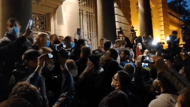 Photo of GRAĐANI IZAŠLI NA ULICE! Protest protiv autokratije Aleksandra Vučića ispred predsedništva Srbije (VIDEO)