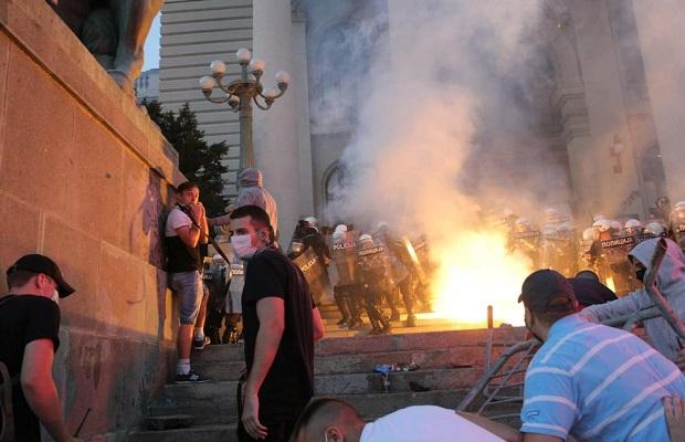 Photo of HAOS U BEOGRADU: Demonstranti bakljama napali policiju, ona uzvratila suzavcem! (VIDEO)