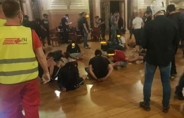"""Photo of NASTRADALE I DEVOJKE: Zbog povika """"Kerovi"""", policija pretukla i uhapsila mlade ispred Skupštine (VIDEO)"""
