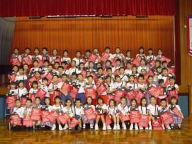 本校公民教育組積極推動多項服務學習。親子賣旗籌款的參與人數尤甚。
