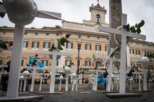 Talijanski sindikati ove godine uoči 1. maja performansom su upozorili na mnoge smrtonosne nesreće na radu, jer se štedi na mjerama zaštite radnika