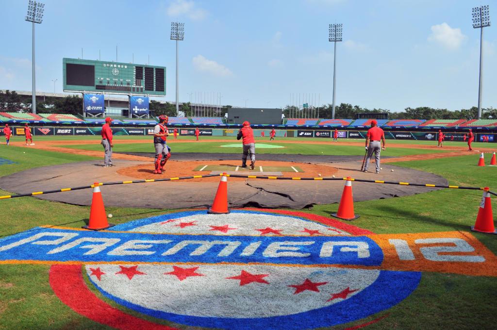 Entrenamiento del equipo Cuba previo a la inauguración del Premier 12. Foto: Ricardo López Hevia