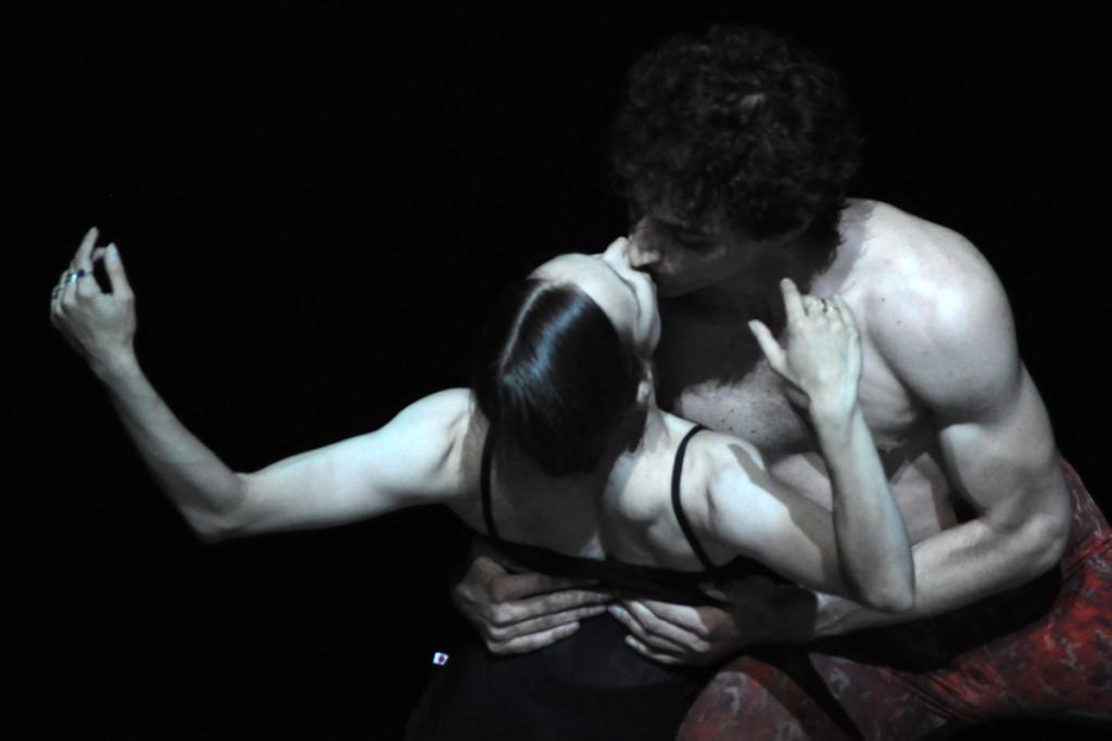 Maria Kochetkova y Carlo Di Lano bailaron una hechizante coreografía de Yuri Possokhov: Bells Pas de deux. Di Lano estrenó también un solo de Myles Thatcher: Painting Greys. Foto: Yuris Nórido, tomadas en el ensayo general
